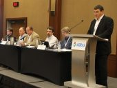 Martin Luymes et certains administrateurs du C.A. de l'ICCCR : Denis Fraser, Peter Sung, Jim Flowers, Warren Heeley et Marc Gendron (prsident)au lutrin