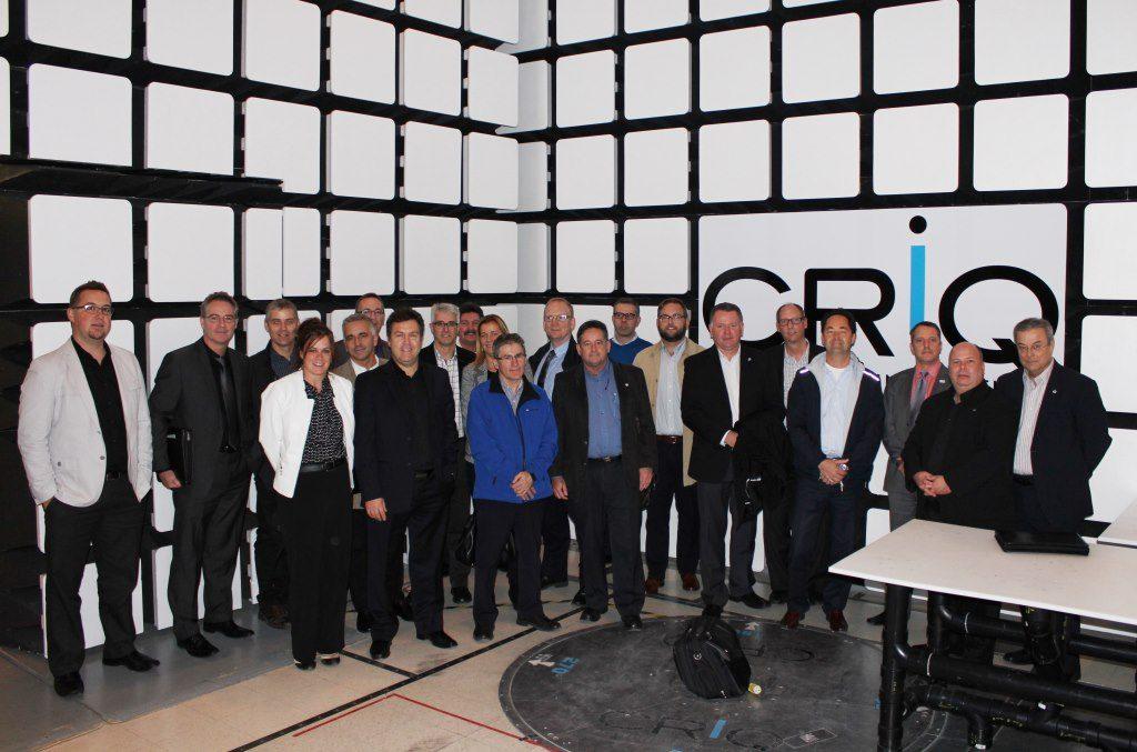 ICPC, groupe de visite 1 : chambre d'essais acoustiques, avec Richard Tremblay (1re range, 2e  gauche) et Guy Morin (sous le  i  du CRIQ)