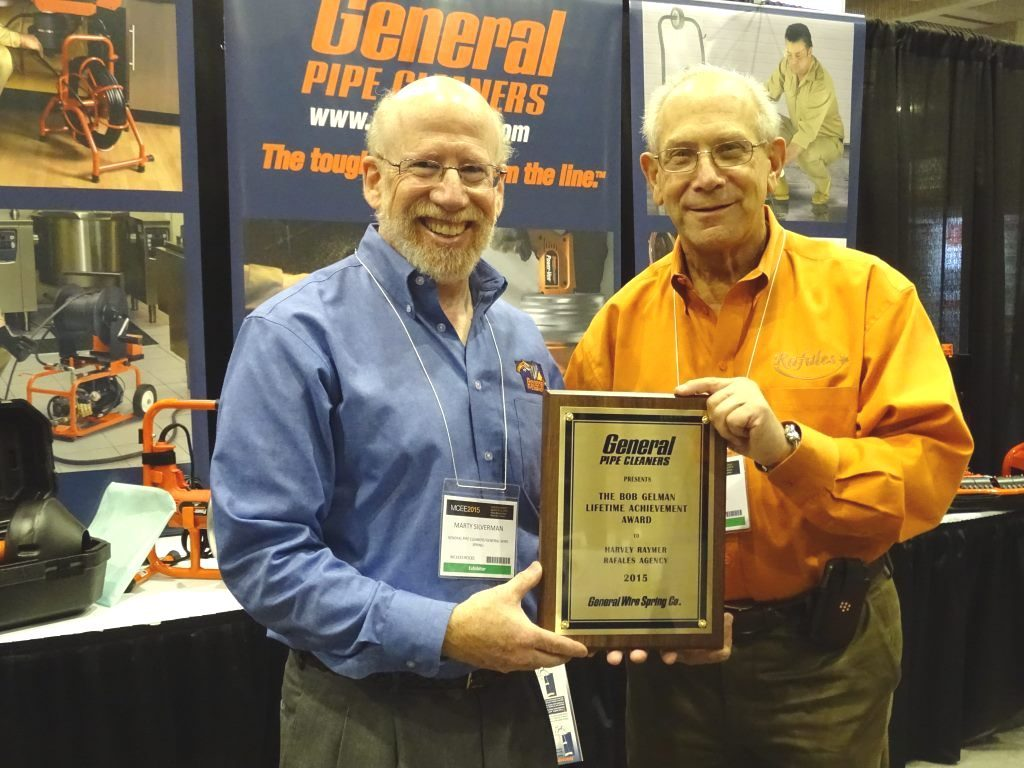 Le fondateur de Rafales Agencies inc., Harvey Raymer (d), accepte le prix Excellence pour l'ensemble des ralisations Bob Gelman de Marty Silverman de General Pipe Cleaners. - Photo : Alex Di Pietro