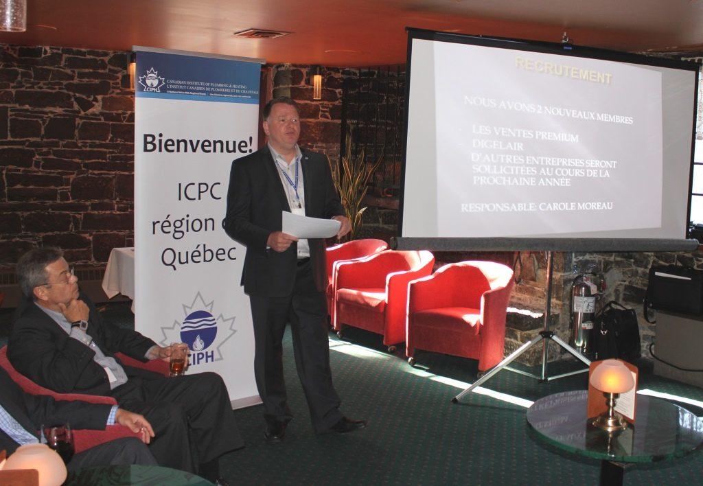 Le prsident de l'ICPC, Sylvain Fournier, prsente son rapport annuel. On aperoit Gilles Legault (trsorier) assis  gauche.