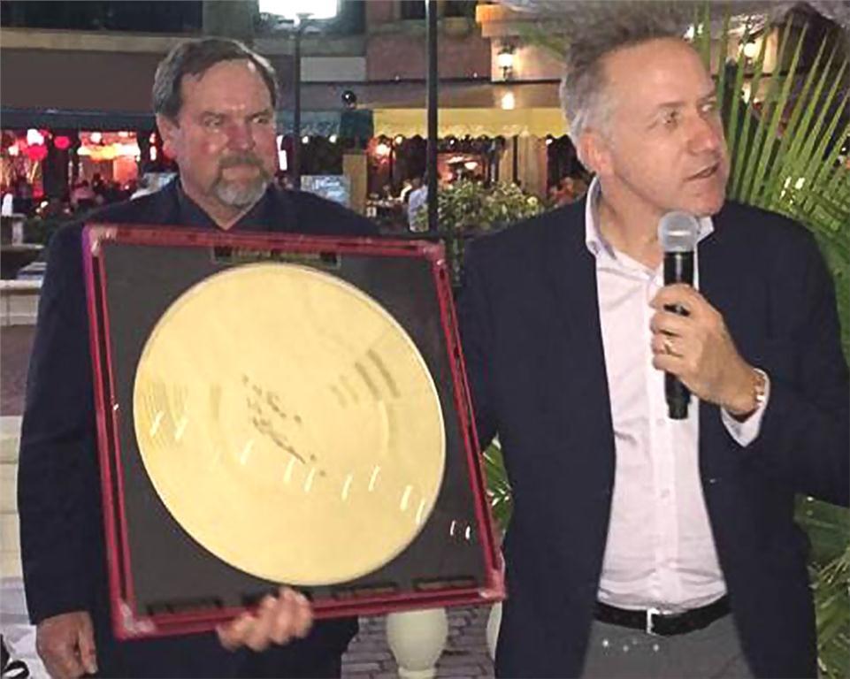 John Goshulak de Weil-McLain, rcipiendaire du prix d'excellence Carlson-Holohan 2016-2018 - avec Mark Eatherton, directeur principal de la RPA, en arrire-plan
